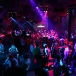 dansende mensen in een discotheek